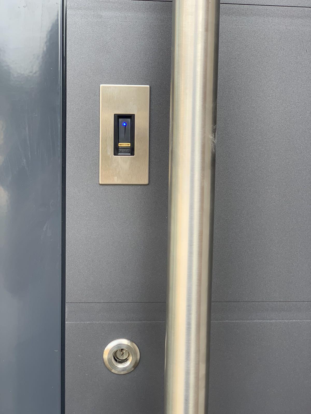 Входная дверь со сканером отпечатка пальца