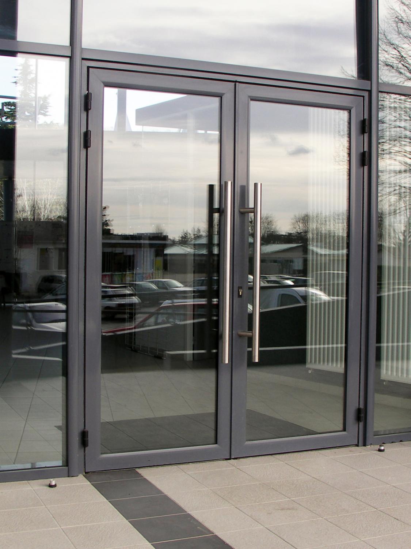 входные двери со стеклом для магазинов