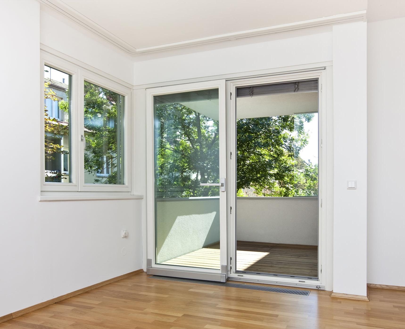 Балконные пластиковые двери и металлопластиковые: обзор.