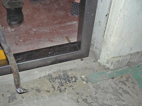 железная дверь установить