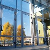 Узкие алюминиевые двери наружные